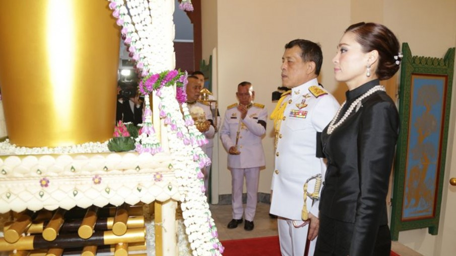 ในหลวง-พระราชินี เสด็จฯพระราชทานเพลิงศพ 'พันเอก ประพัฒน์ จันทร์โอชา'