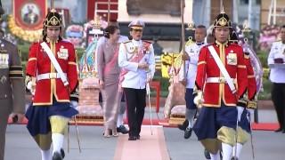 ในหลวง-พระราชินี เสด็จพระราชดำเนิน ทรงวางพวงมาลา...