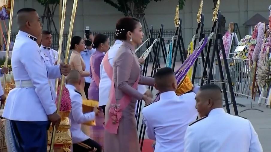 ในหลวง-พระราชินี เสด็จพระราชดำเนิน ทรงวางพวงมาลา เนื่องในวันปิยมหาราช