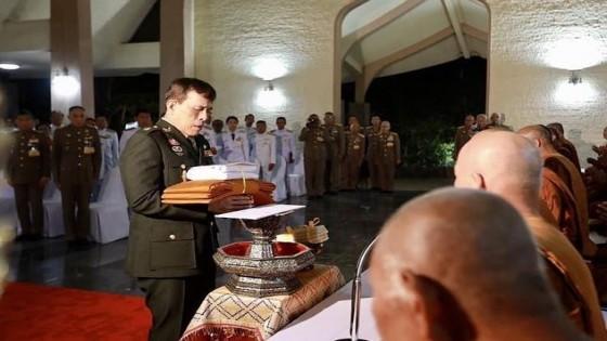 ในหลวง-พระราชินี เสด็จฯ ถวายผ้าพระกฐินต้น วัดหนองป่าพง รับสั่ง 'ขอให้มีความรักกันในประเทศไทย'