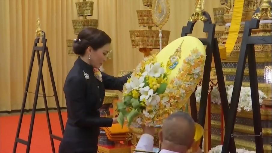 'พระราชินี' เสด็จฯ แทนพระองค์ไปพระราชทานน้ำหลวงสรงศพ 'หลวงพ่อวิริยังค์'