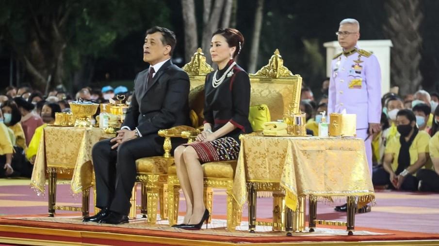 ในหลวงและพระราชินีพระราชทานปฏิทินหลวง พุทธศักราช 2564