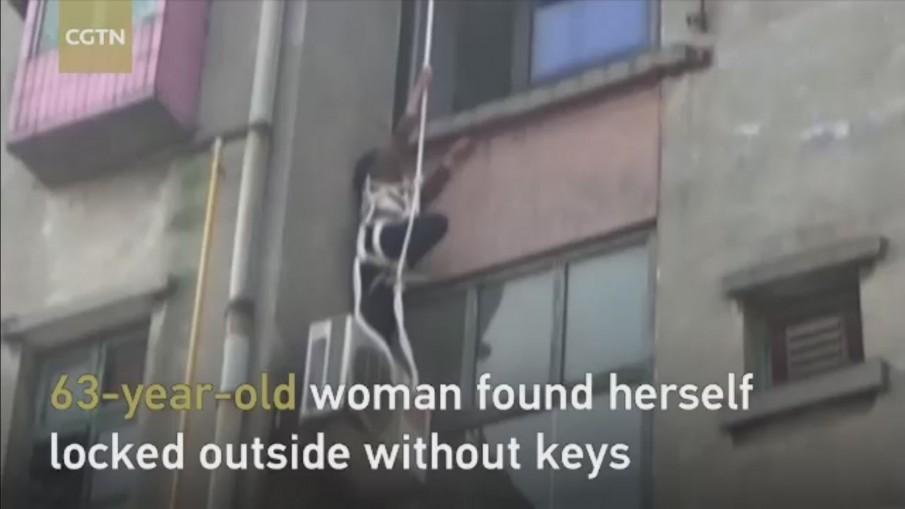 หญิงชาวจีนติดบนชั้น 4 หลังโรยตัวเข้าห้องเพราะลืมกุญแจ