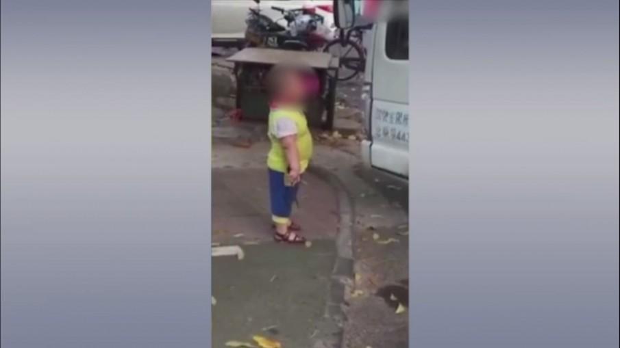 สังคมประณาม! เด็ก 5 ขวบ ใช้มีดขู่คนจอดรถบังหน้าร้าน