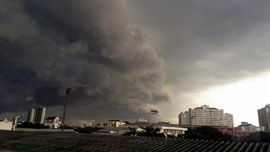 'ดร.รอยล' ชี้วันนี้ พายุจะเข้ากรุงเทพ เตือนรีบกลับบ้านก่อน 6 โมงเย็น!